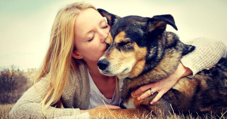 Hond en vrouw